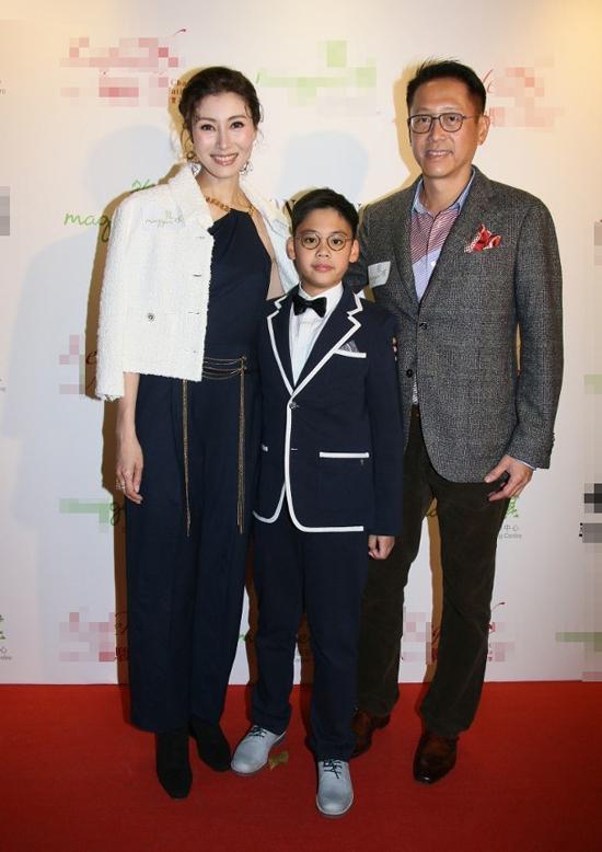 Trên thảm đỏ, gia đình 3 người đứng sát vai nhau, trông rất vui vẻ, hạnh phúc. Jayden năm nay 8 tuổi và sao y bản chính bố. Cậu bé cũng đã cao ngang vai bố.