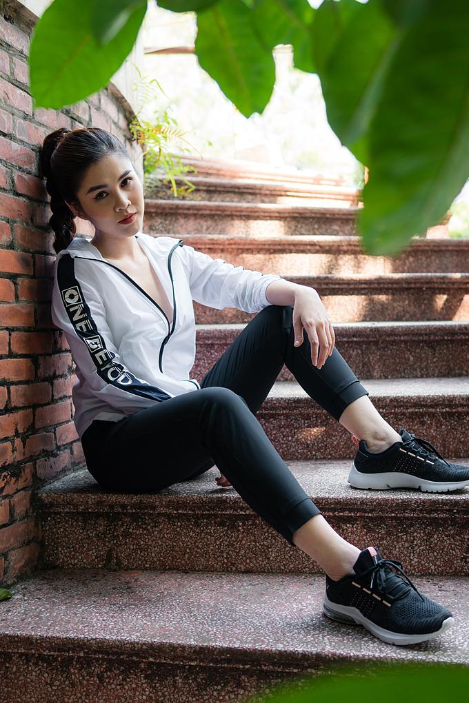 Nữ MC 9X chọn set đồ đen trắng đơn giản, năng động.