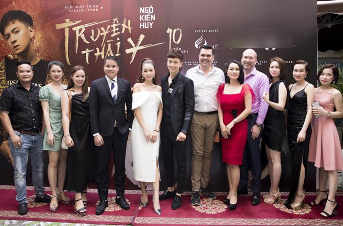 Ngô Kiến Huy chụp ảnh cùng bạn bè, khách mời dự họp báo. Liveshow Truyền thái y diễn ra vào 20h12 ngày 19/12 tại TP HCM.