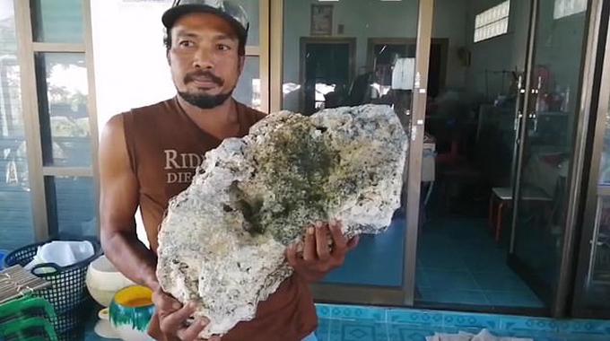 Anh Surachet Chanchu và khối long diên vương tìm được trên bãi biển Songkhlahôm 11/12. Ảnh: Viral Press.