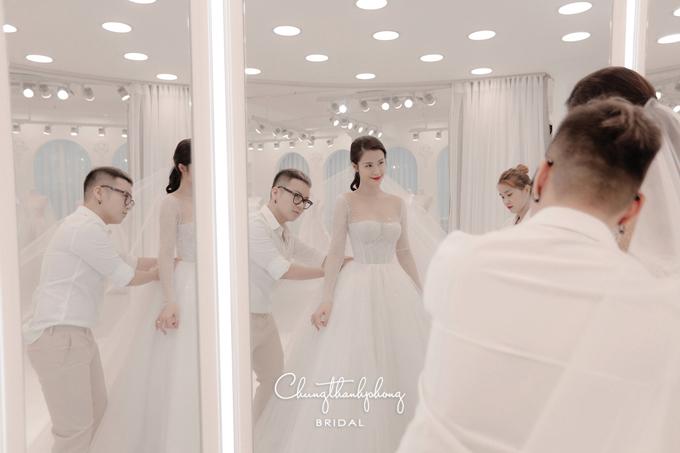 Chung Thanh Phong giúp Đông Nhi thử váy trước ngày cưới.