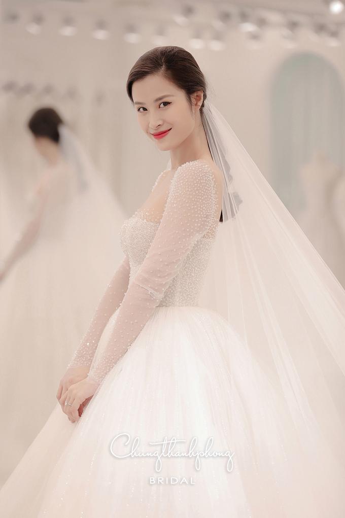 Đông Nhi xinh đẹp trong một mẫu váy cưới của bạn thân.