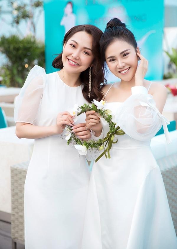 Anh Đào (trái)về nước thăm bạn thân 10 năm là diễn viên Nhất Hương.