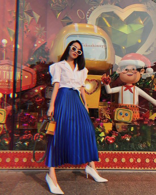 Váy xanh dương đậm - tông màu hứa hẹn tạo nên cơn sốt mới được Yến Trang phối hợp cùng áo sơ mi cổ điển, giày mũi nhọn.