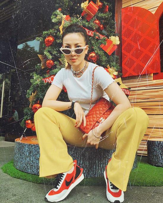 Tông vàng mù tạt và đỏ cam được Yến Nhi phối hợp hài hòa theo phong cách trẻ trung khi đi dạo phố giáng sinh.