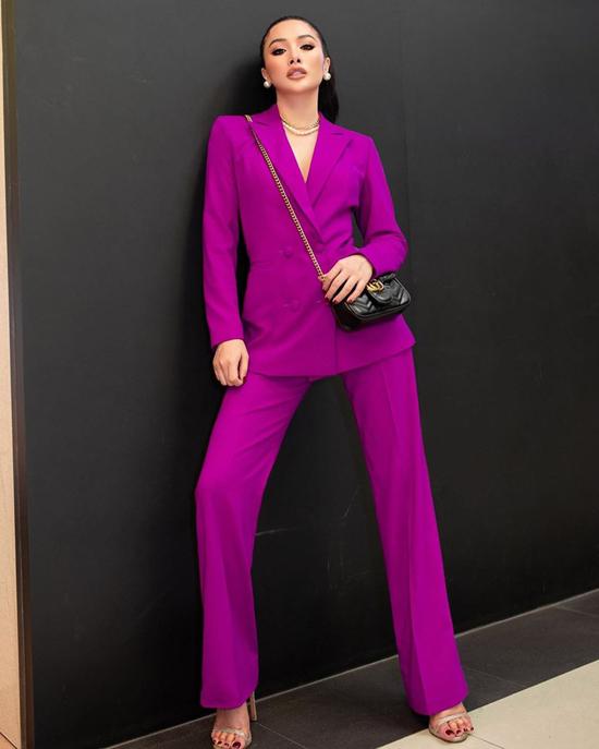 Khi chán diện váy bó sát tôn đường cong, Trương Nhi thể hiện vẻ đẹp thanh lịch và hiện đại cùng suit tím hồng.