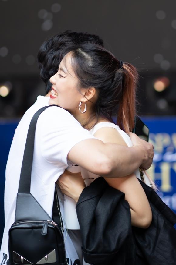 Trấn Thành ôm So Hyang khi gặp ở buổi tổng duyệt.