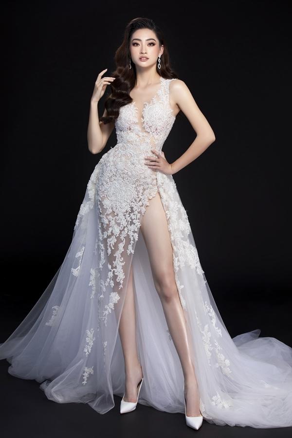 Thiết kế xẻ tà với phần tùng váy xòe rộng giúp Lương Thùy Linh khoe khéo đôi chân dài 1m22.