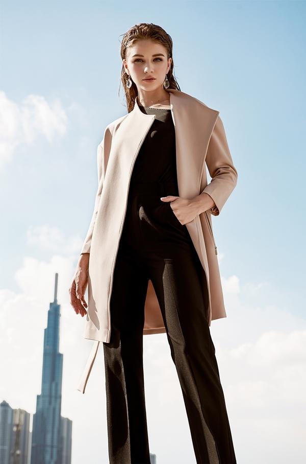 NTK Cường Bely cho rằng, vest là món trang phục không thể thiếu trong tủ đồ của quý cô văn phòng. Mỗi nữ công sở nên có ít nhất một chiếc áo vest để mặc trong những dịp trang trọng. Theo Cường Bely, quan niệm mặc vest trông già và thiếu nữ tính là sai lầm.