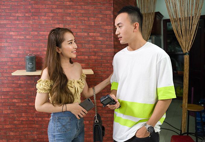 Trên phim trườngVề nhà đi con Anh Vũ (đóng vai Dũng) không ưa gì Quỳnh Nga (vai Nhã) nhưng ngoài đời cả hai khá thân thiết.