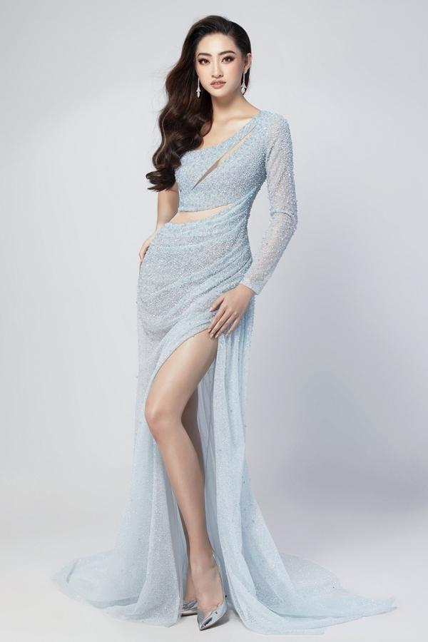 Bộ trang phục thứ hai tiếp tục khai thác những khoảng hở, tôn lợi thế hình thể của Lương Thùy Linh. Cô cao 1,78m, số đo 89-62-92.