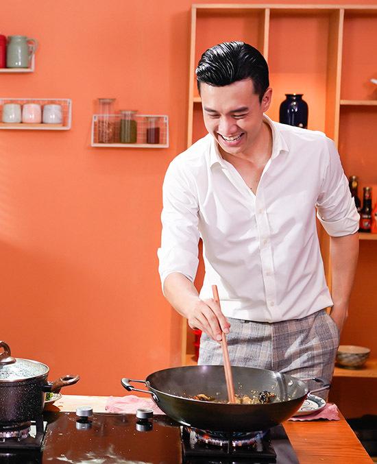 Chàng Vũ không còn vẻ đạo mạo như trong phim mà vui vẻ xắn tay áo vào bếp, trổ tài nấu nướng. Anh chia sẻ: Tôi thích được vào bếp, tự tay làm các món ăn yêu thích, đậm hương vị quê hương. Khi có thời gian rảnh tôi hay rủ bạn bè về nhà thưởng thức ẩm thực miền Tây Nam Bộ do chính mình nấu.