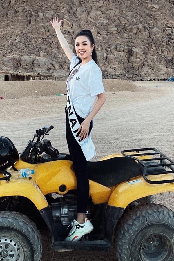 Á hậu yêu thích du lịch nên hào hứng trải nghiệm các hoạt động: đi motor trên cát, cưỡi lạc đà...