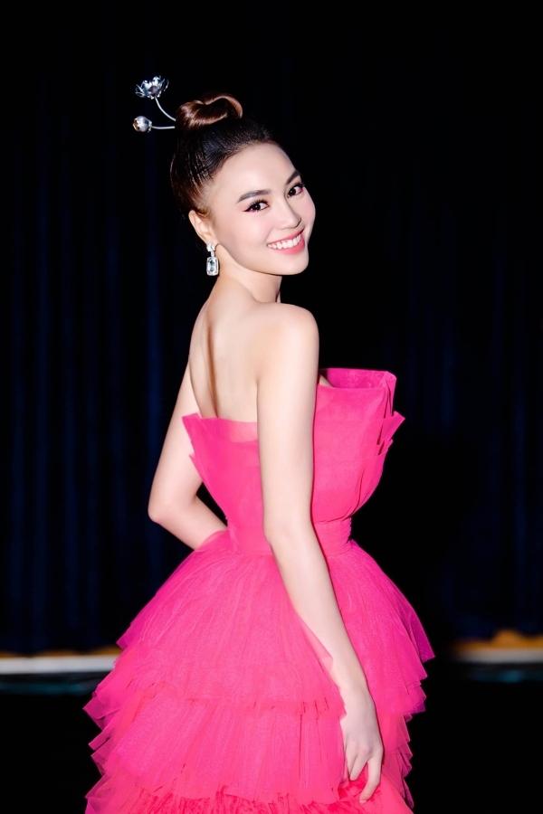 Trước Leila Lopes, mẫu váy cầu kỳ của Lê Ngọc Lâm được nhiều mỹ nhân Việt yêu thích. Trong ảnh là diễn viên Ninh Dương Lan Ngọc phối phụ kiện cài đầu hoa sen ton-ton-sur với thiết kế.