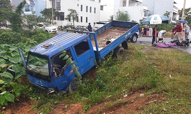 Sau tai nạn xe tải lao xuống hố. Ảnh: Sơn Thủy.