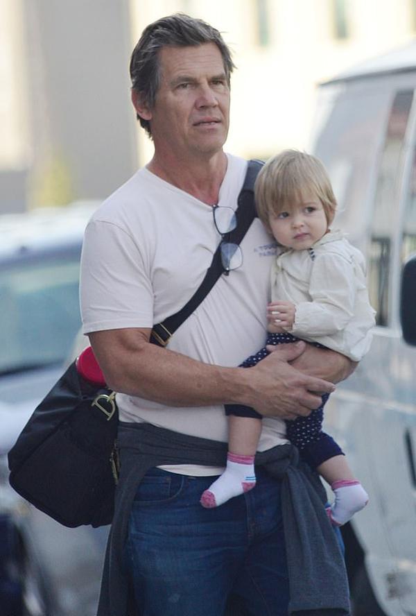 Josh Brolin đeo ba lô đựng đồ và bế công chúa nhỏ Westlyn Reign đi bộ tới lớp học.