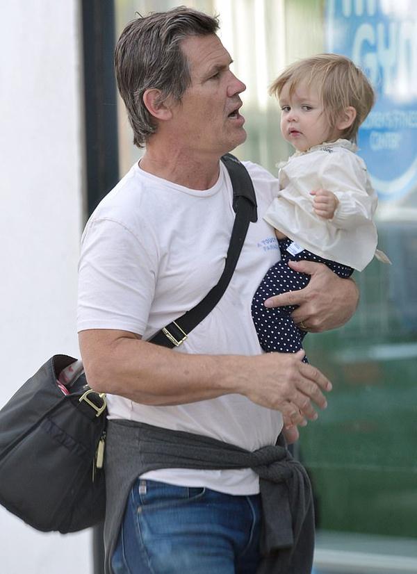 Brolin rất yêu chiều con gái nhỏ, thường xuyên bế bồng bé ra phố dạo chơi.
