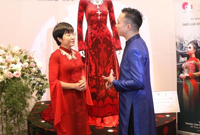 MC Thảo Vân chọn áo dài đỏ có phần tay cách điệu để tham dự triển lãm. Cách đây không lâu, chị lần đầu thử sức vai trò người mẫu khi trình diễn trong chương trình về áo dài.