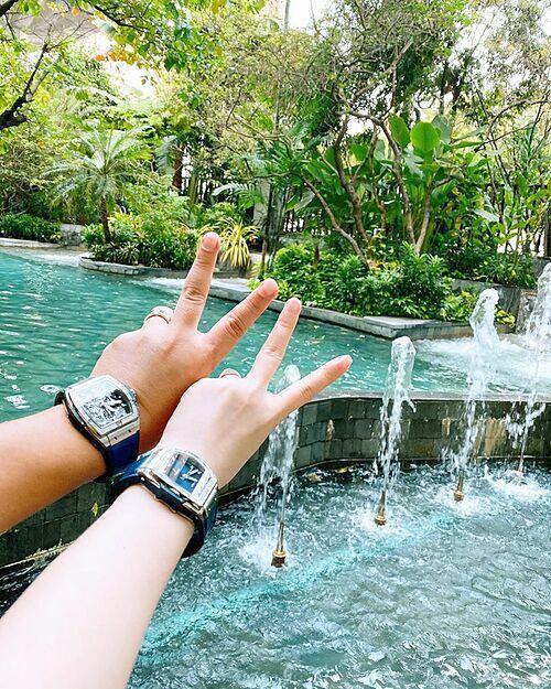 Bảo Thy và chồng tậu đồng hồ đôi sang trọng, giá gần nửa tỷ đồng mỗi chiếc.