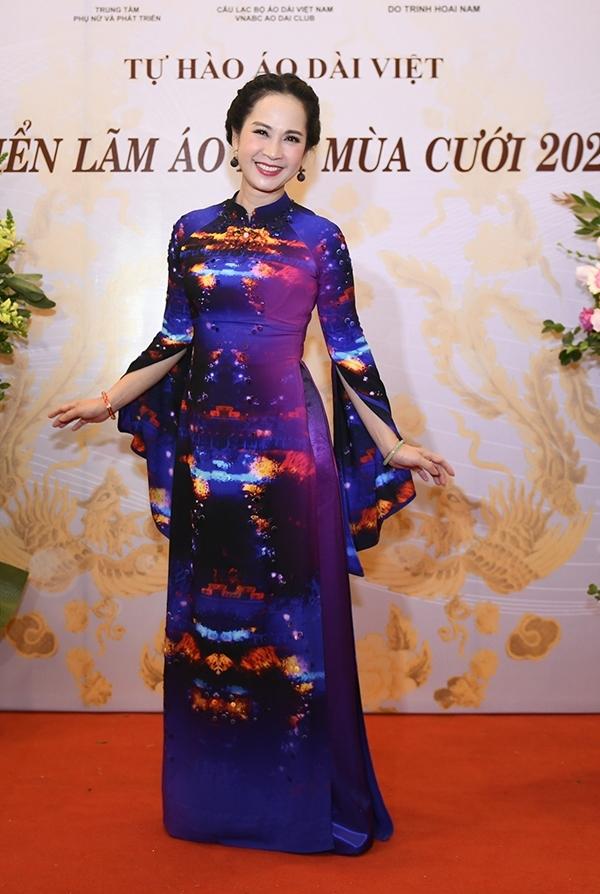 Mẹ chồng Lan Hương duyên dáng trong chiếc áo dài họa tiết cung đình Huế. Chị bày tỏ niềm yêu thích với trang phục truyền thống, đặc biệt là các thiết kế trong bộ sưu tập S Việt.