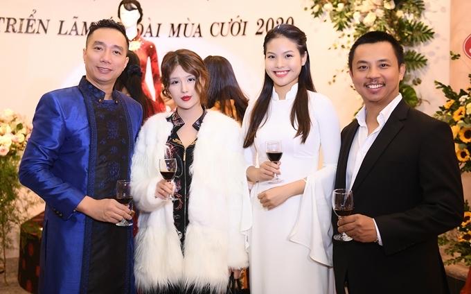 Nhận lời mời của NTK Đỗ Trịnh Hoài Nam (trái), vợ chồng Chí Anh – Khánh Linh có mặt tại sự kiện khai mạc triển lãm hôm 13/12. Đây là chương trình mở màn cho chuỗi hoạt động kỷ niệm 90 năm ngày thành lập Hội Liên hiệp Phụ nữ Việt Nam.