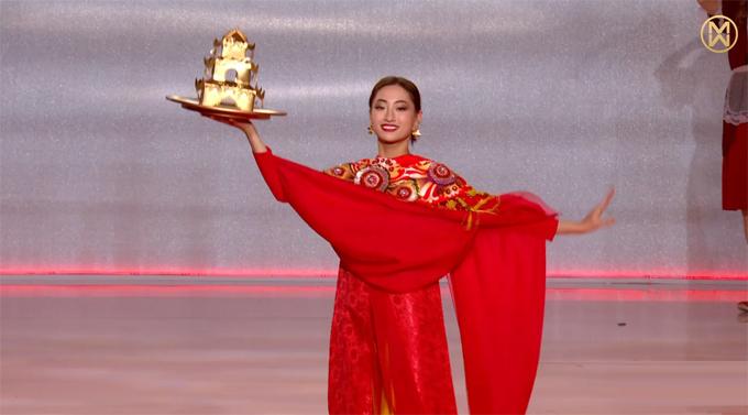 Lương Thùy Linh múa mâm vàng.