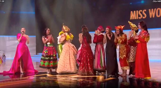 Lương Thùy Linh (phải) mừng rỡ khi được xướng tên thắng giải Nhân ái cùng 9 thí sinh khác.