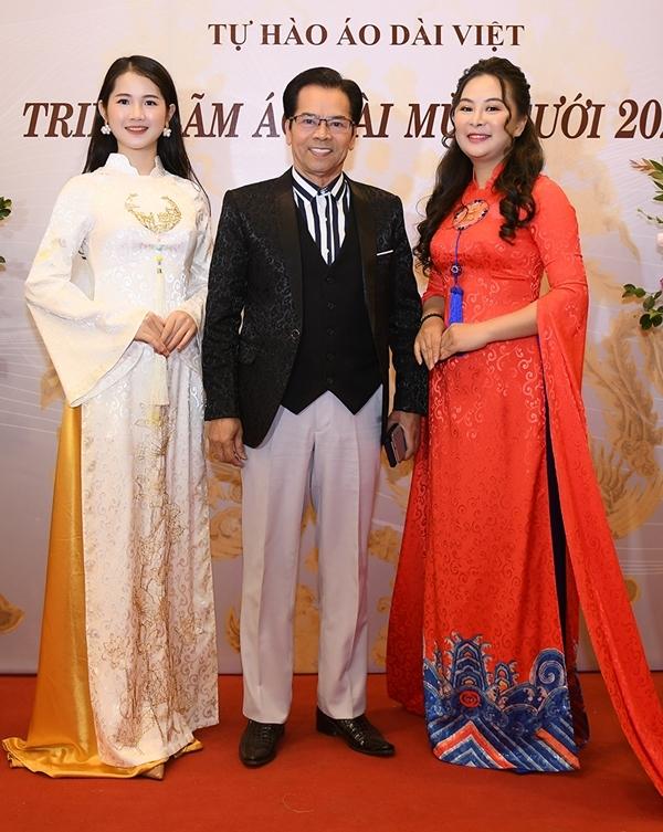 NSND Trần Nhượng (giữa) bảnh bao trên thảm đỏ sự kiện. Ông chia sẻ hiện hài lòng với cuộc sống độc thân và dành nhiều thời gian cho công việc. Gần đây, Trần Nhựng công khai ly hôn người vợ thứ hai sau 10 năm gắn bó.