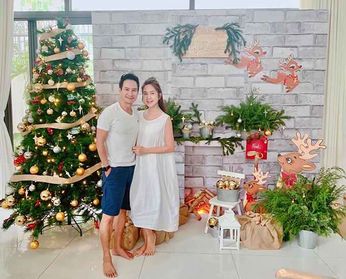 Vợ chồng Lý Hải - Minh Hà trang trí Noel trong nhà cho các con.