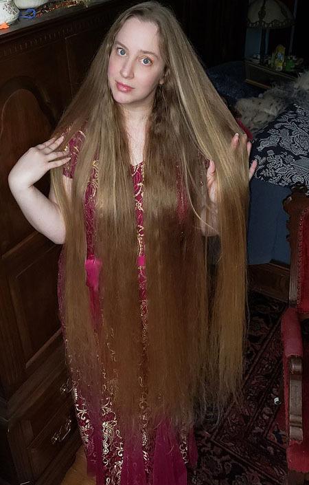 Kể cả trong những năm tháng thiếu niên, khi bạn bè và gia đình khuyến khích April nên có kiểu tóc ngắn và trông thời trang hơn, cô vẫn không chịu cắt tóc.