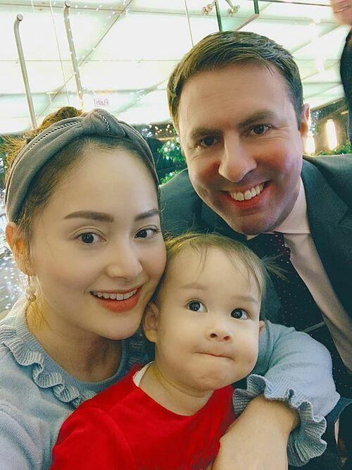 Diễn viên Lan Phương tươi rói bên chồng Tây và con gái.