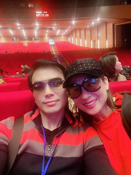Ca sĩ Phi Nhung thân thiết khi selfie cùng Mạnh Quỳnh.