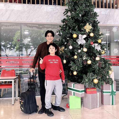 Ca sĩ Tim khoe ảnh bên con trai nhân dịp Giáng sinh. Bé Sushi lớn phổng phao, cao gần bằng bố dù mới 8 tuổi.
