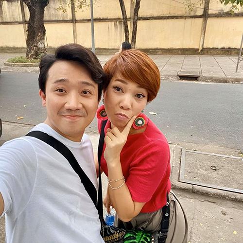 Trấn Thành selfie cùng ca sĩ Trần Thu Hà.