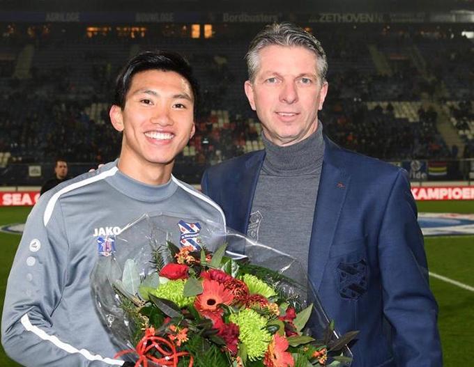 Lãnh đạo CLB Heerenveen tặng hoa cho Văn Hậu. Ảnh: SCH.
