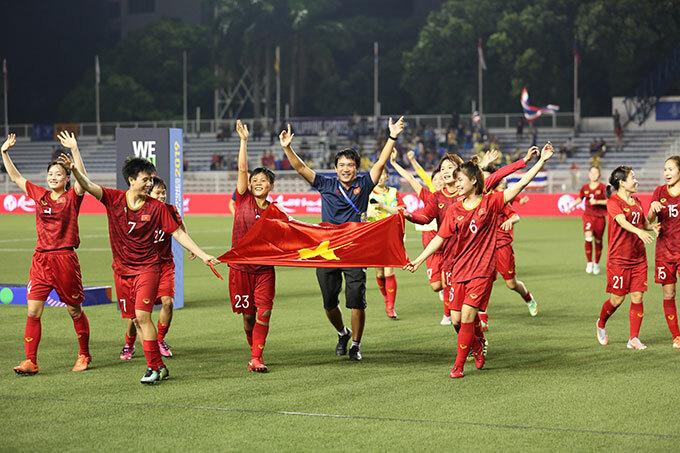 Tuyển nữ Việt Nam sau trận chung kết SEA Games 30 với Thái Lan hôm 8/12. Ảnh: Đức Đồng.