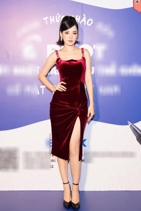 Chi Pu khoe body đồng hồ cát trong chiếc váy ôm dáng.