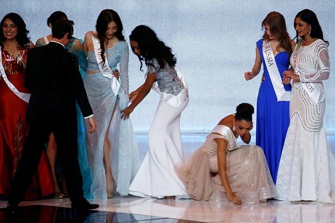 Thuỳ Linh được hoa hậu Jamaica giúp chỉnh váy.