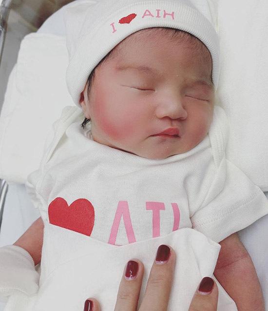 Cháu gái Ngọc Trinh chào đời nặng 2,9 kg, được đặt tên là Tiêu Phối Quân.
