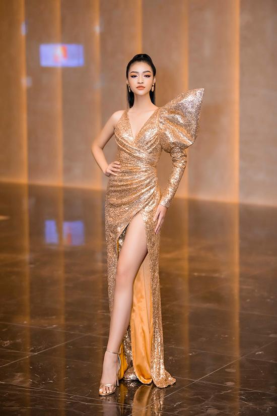 Á hậu Kiều Loan chọn váy xẻ cao thiết kế trên chất liệu vải sequins tông vàng bắt mắt.