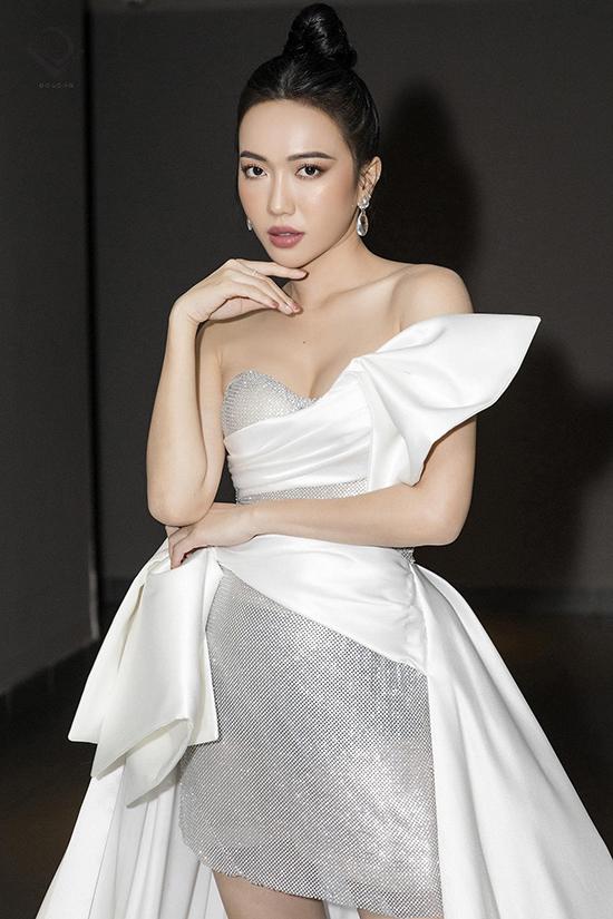Diễn viên hài Diệu Nhi chọn thiết kế của Đỗ Long để hoà cùng trào lưu diện đầm sequins được sao Việt ưa chuộng ở mùa này.