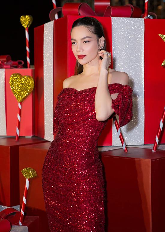 Hồ Ngọc Hà nổi bật với váycủa Dolce & Gabbana. Trang phục ôm sát hình thể và thiết kế trên chất liệu vải bắt sáng, tông màu được yêu thích nhất mùa giáng sinh.