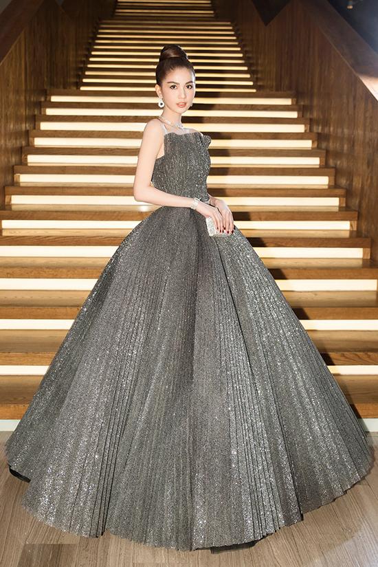 Ngọc Trinh được khen ngợi xinh đẹp như công chúa khi diện váy tùng xoè tham gia sự kiện.