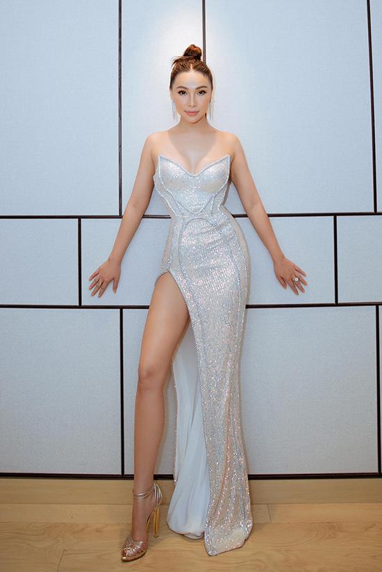 Quỳnh Thư phô diễn đường cong trong mẫu váy đúng trend của Đỗ Long.
