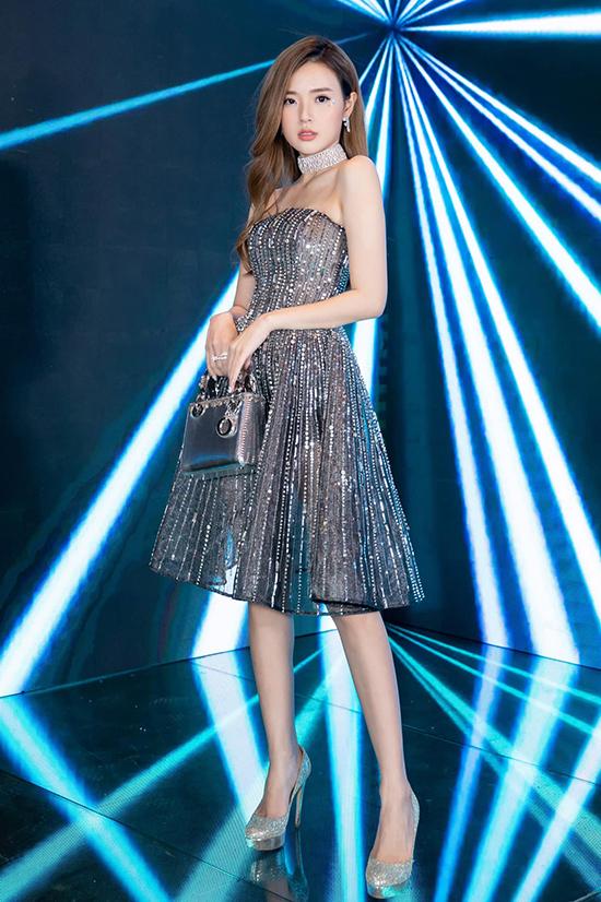 Midu xinh xắn và không kém phần gợi cảm trong mẫu váy xuyên thấu dệt sequins.