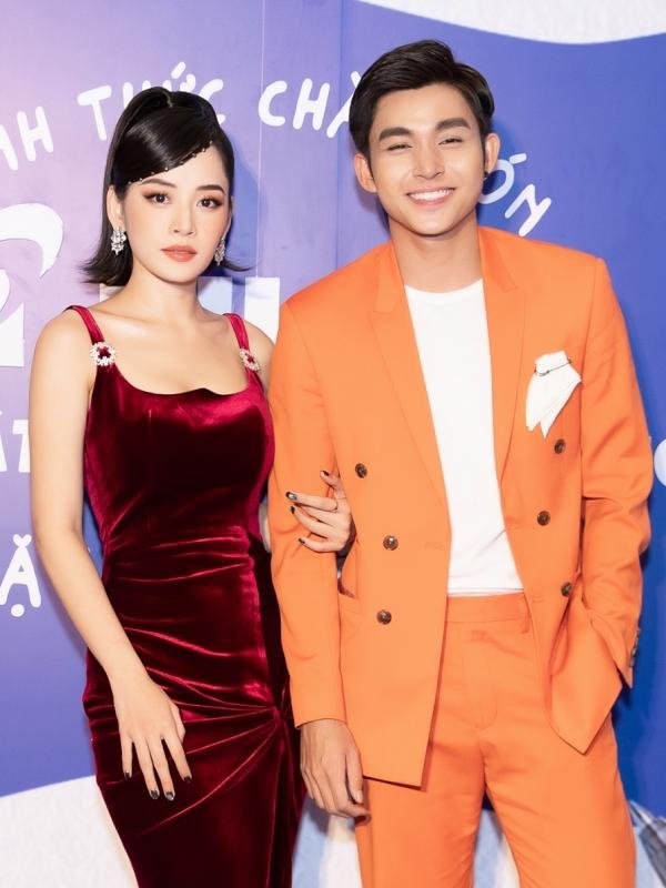 Chi Pu khoác tay Jun Phạm tình tứ. Cả hai từng hợp tác lồng tiếng trong bộ phim hoạt hình Chiến binh mặt trăng cách đây nhiều năm nhưng vẫn giữ mối quan hệ anh em thân thiết.