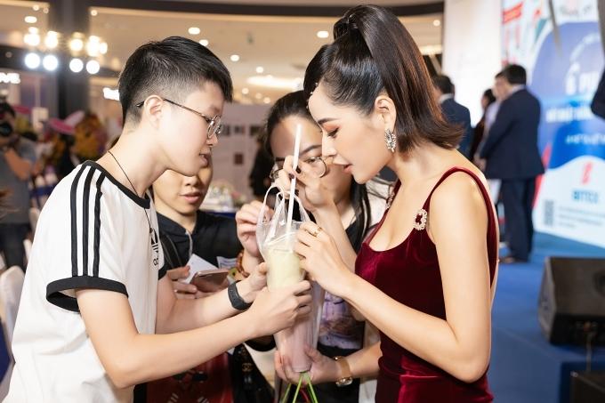 Biết thần tượng di chuyển liên tục vì lịch trình công việc, một số khán giả mua sẵn sinh tố gửi Chi Pu uống lấy sức sau event.