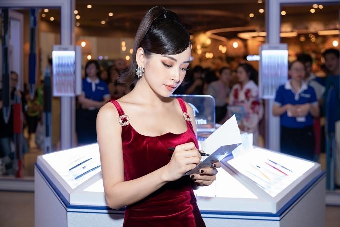 Sau hai năm lấn sân ca hát, Chi Pu ngày càng khẳng định bản thân qua nhiều bản hit: Đoá hoa hồng, Anh ơi ở lại... Hiện cô được đề cử trong top 5 hạng mục Âm nhạc của giải thưởng Ngôi sao của năm 2019 do báo Ngoisao.net tổ chức.