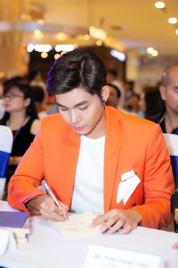 Jun Phạm cũng dành thời gian ký tặng khán giả tại sự kiện. Thời gian qua, anh gây chú ý khi tham gia chương trình truyền hình thực tế Chạy đi chờ đi.