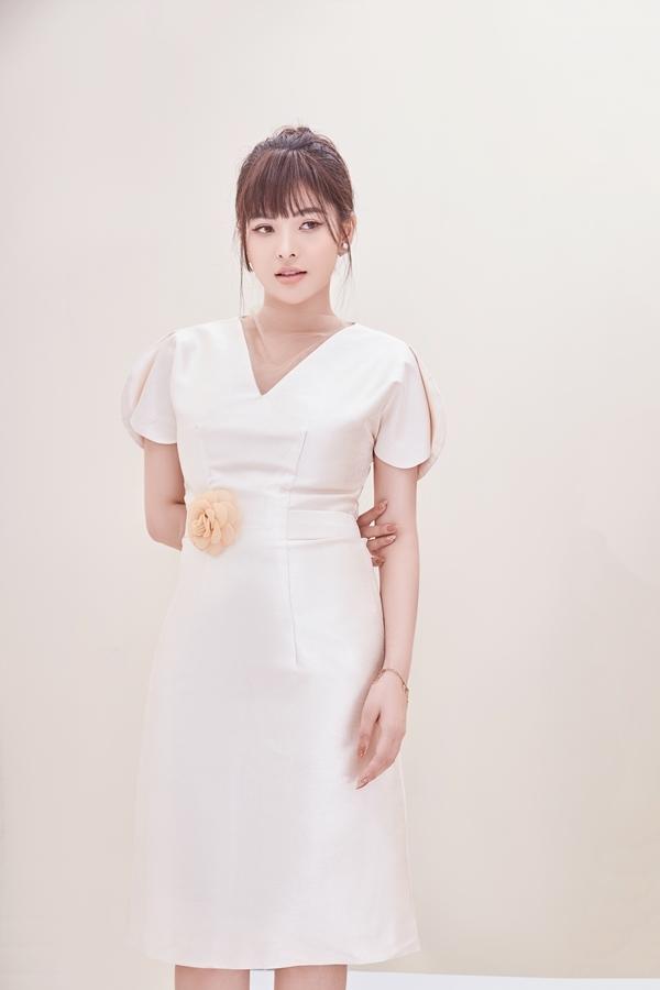 Chiếc váy giúp ăn gian tuổi, giúp cô trông trẻ trung nhưng hiện đại và sang trọng.